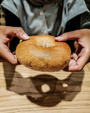 Foto - Makanan(Whole Wheat Bagel) di Tous Les Jours Cafe oleh Adhy Musaad
