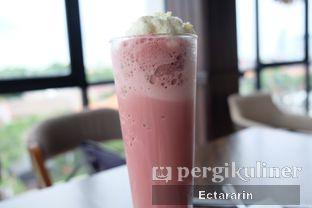Foto 4 - Makanan(Red Velvet Frappe) di The Socialite Bistro & Lounge oleh Ectararin