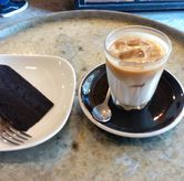 Foto ice cappucinno dan fudge brownies di Sfroastery Coffee Lab