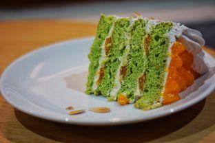 Foto 2 - Makanan(Mandarin Almond Pandan Cake) di Mom's Artisan Bakery oleh Fadhlur Rohman