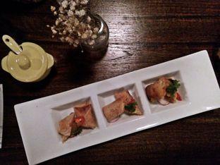 Foto 8 - Makanan(salmon spring roll) di Onni House oleh Ratu Aghnia
