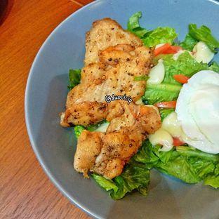 Foto 1 - Makanan(Grilled Chicken Salad) di Sinou oleh duocicip