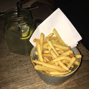 Foto 1 - Makanan(French fries & classic lemonade) di Up In Smoke oleh Ria