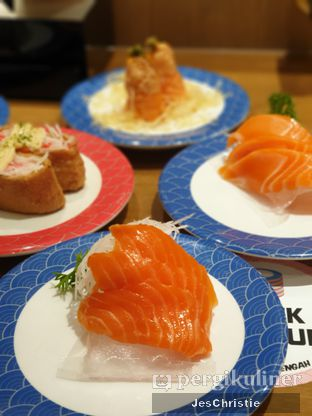 Foto 6 - Makanan(Salmon Sashimi) di Tom Sushi oleh JC Wen