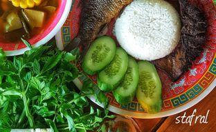 Foto 6 - Makanan(Ikan Mas Goreng, Limpa Goreng dan Lalapan) di Warung Nasi Ibu Imas oleh Stanzazone