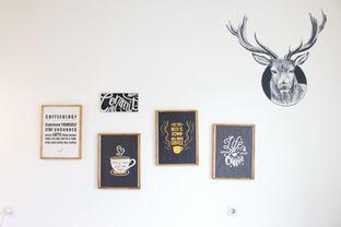 Foto 4 - Interior di Commit Coffee oleh Tristo