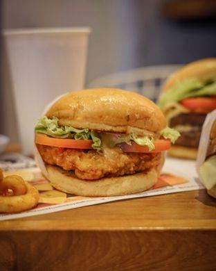 Foto 3 - Makanan(Chicken Burger) di Five Monkeys oleh Ria  Indraswari