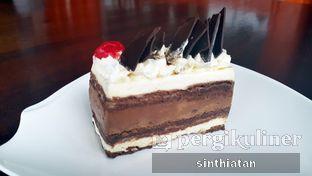 Foto 2 - Makanan(Black Forest) di Coffeedential Roastery & Dessert oleh Miss NomNom