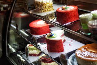 Foto 4 - Makanan(Cake Selections) di Mom's Artisan Bakery oleh Fadhlur Rohman