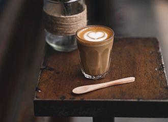 Kenapa Sih Orang Mau Membayar Mahal Demi Secangkir Kopi di Coffee Shop?