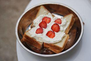Foto 4 - Makanan(Strawberry Toast) di Dua Coffee oleh Fadhlur Rohman