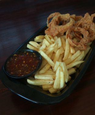 Foto 5 - Makanan(Quick Platter (IDR 30k) ) di Dope Burger & Co. oleh Renodaneswara @caesarinodswr
