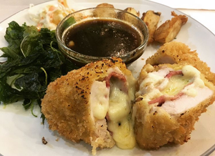 Foto 2 - Makanan(Chicken Cordon Bleu) di Maximum Bistro oleh mariskaannastasia
