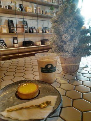 Foto 2 - Makanan(Iced latte & lemon tart) di Toby's Estate oleh Monika Ardine