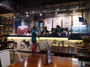 Foto 4 - Interior di Communal Coffee & Eatery oleh Nisanis