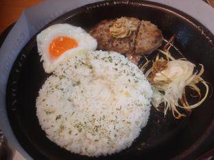 Foto 1 - Makanan(sizzling curry rice with hamburg steak) di Pepper Lunch Express oleh Komentator Isenk