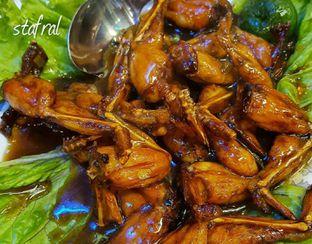 Foto 1 - Makanan(Kodok Goreng Mentega) di Mandala Restaurant oleh Stanzazone