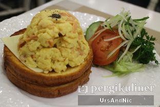 Foto 7 - Makanan(Salmon scrambled egg) di Pand'or oleh UrsAndNic