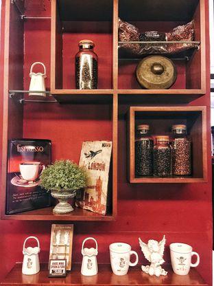 Foto 7 - Interior di Angel In Us Coffee oleh Astrid Huang | @biteandbrew