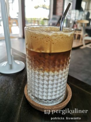 Foto 2 - Makanan(Cafe latte) di Kolonial Bistro & Roastery oleh Patsyy
