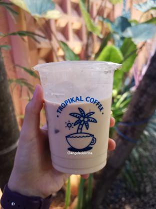 Foto 2 - Makanan(Tropikal Iced Latte ) di Tropikal Coffee oleh Angela Debrina