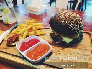 Foto - Makanan(blackburger) di Communal Coffee & Eatery oleh @supeririy