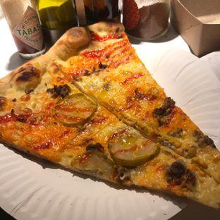 Foto 2 - Makanan(Cheeseburger) di Sliced Pizzeria oleh Pengembara Rasa
