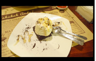 Foto 1 - Makanan(Brownie Bacon Ice Cream) di Bedjo's Porc Bistro oleh Winny Valencia