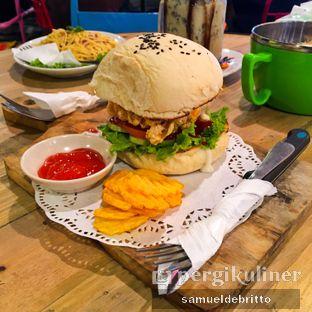 Foto 3 - Makanan(Fried Chicken Burger) di Wonderland Wondercafe oleh Samuel Debritto