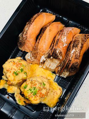 Foto 1 - Makanan(salmon bomb (left); Aburi salmon belly (right)) di Sushi Hiro oleh Sienna Paramitha