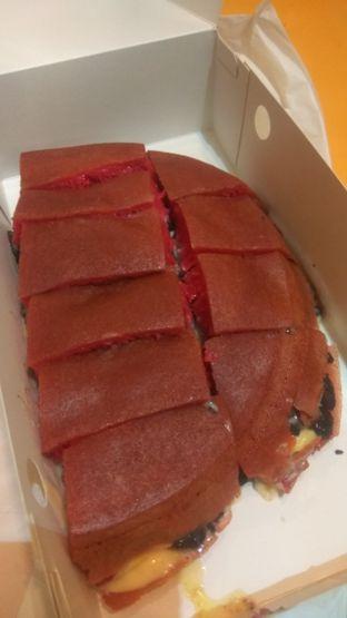 Foto 2 - Makanan(Martabak Red Velvet Cream Cheese (IDR 90k) ) di Martabakku oleh Renodaneswara @caesarinodswr