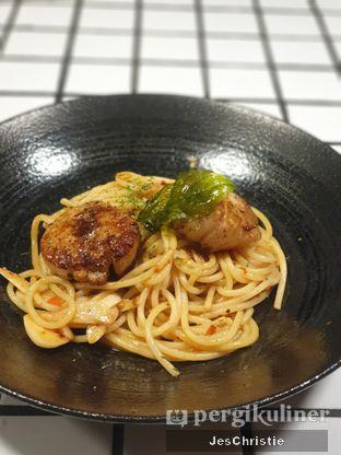 Foto 1 - Makanan(Spaghetti Aglio Olio w/ Hokkaido Scallops) di Phos Coffee & Eatery oleh JC Wen