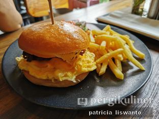 Foto 1 - Makanan(breakkie burger) di Burns Cafe oleh Patsyy