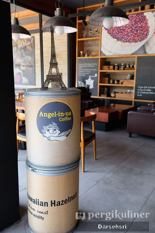 Foto 14 - Interior di Angel In Us Coffee oleh Darsehsri Handayani