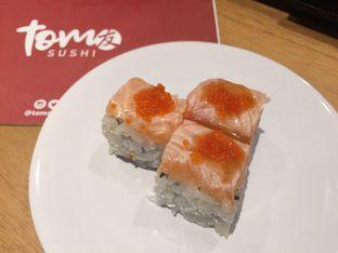Foto 5 - Makanan(Salmon Kani Cheese Roll) di Tom Sushi oleh Irine