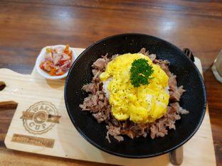 Foto 1 - Makanan(Beef matah rice) di Wake Cup Coffee & Eatery - Grand Sovia Hotel Bandung oleh Fika Sutanto