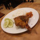Foto dengan sambal lebih berwarna di Nasi Bebek Ginyo