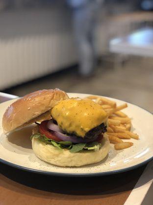 Foto 1 - Makanan(Cyclo Burger) di Cyclo Coffee & Apparel oleh YSfoodspottings
