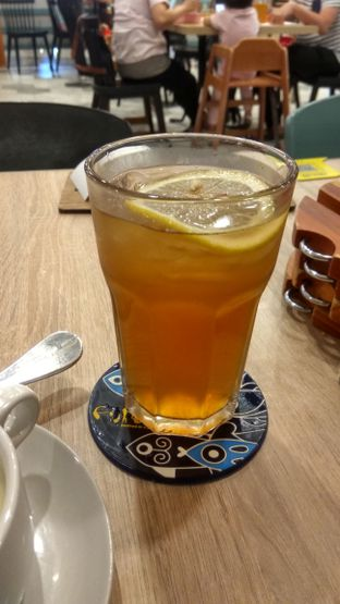 Foto 2 - Makanan(Ice Lemon Tea (IDR 34.5k)) di Fish & Co. oleh Renodaneswara @caesarinodswr