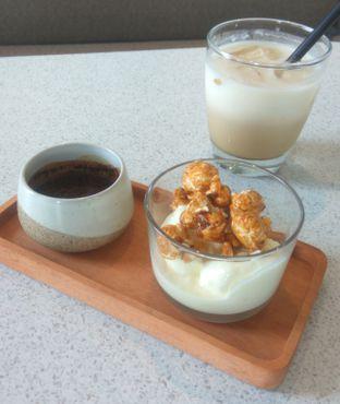 Foto 3 - Makanan(Popcorn Affogato (IDR 40k)) di Twin House oleh Renodaneswara @caesarinodswr