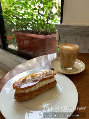 Foto 6 - Makanan(Caramel Eclair & latte) di Chicory European Patisserie oleh Patsyy