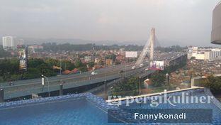 Foto 2 - Interior(view dari swimming pool) di Grandia Sky Lounge - Grandia Hotel oleh Fanny Konadi
