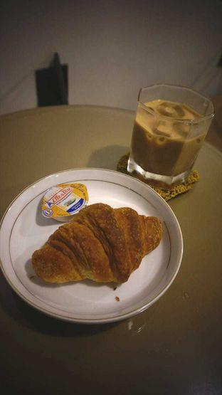 Foto 1 - Makanan(Butter croissant and es kopi susu) di Etika Coffee oleh naninunenova