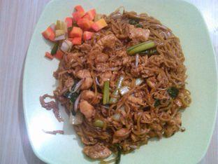 Foto 12 - Makanan(Mie Goreng (IDR 31K) ) di Bakmie BBT oleh Renodaneswara @caesarinodswr