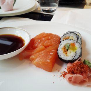 Foto - Makanan(Sashimi salmon) di Signatures Restaurant - Hotel Indonesia Kempinski oleh shyynta
