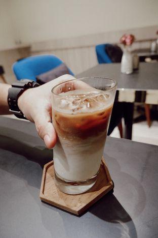 Foto 3 - Makanan(Ice Latte) di Kavove Cafe oleh Saturdating