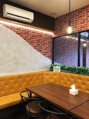 Foto 6 - Interior di Raffa Cafe & Coffee oleh kdsct