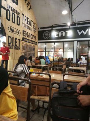 Foto 3 - Interior di OTW Food Street oleh Novia Maulidya