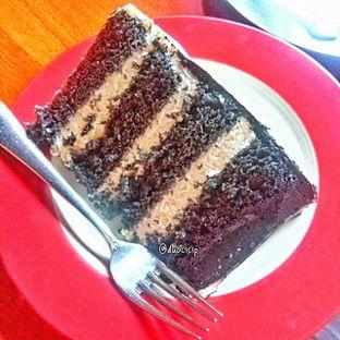 Foto 11 - Makanan(Charcoal cake) di Convivium oleh duocicip