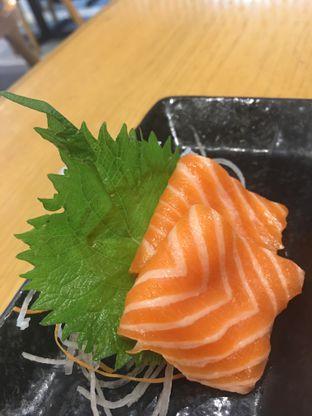 Foto 2 - Makanan(Salmon Sashimi) di Sushi Hiro oleh didiesfoodies